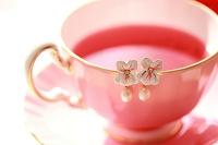 花のある生活イメージ ひっかけたピアスとティーカップ