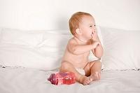 ベッドの上で笑っている赤ちゃん