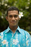 フィジー 花飾りをつけた男性