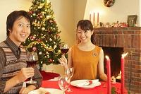 クリスマスディナーを楽しむカップル