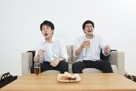 家飲みをする日本人ビジネスマン
