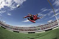 ボレーシュートを打つ外国人サッカー選手