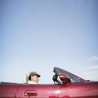 オープンカーに乗るシニアの日本人男性