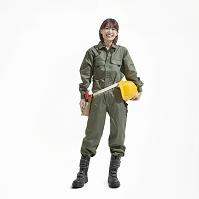 笑顔の作業服姿の日本人女性