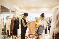 買い物をする女性とショップスタッフ