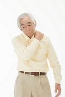 肩こりを気にするシニアの日本人男性(合成)