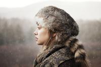 毛皮の帽子をかぶった女性の横顔