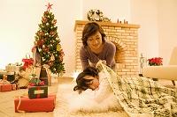 娘に毛布をかけてあげる母親