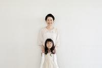 微笑む祖母と孫