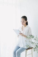 iPadを使う日本人女性