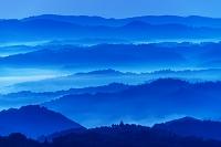 岡山県 朝の弥高山より雲海と山並み