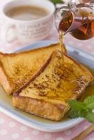 メープルシロップをかけたフレンチトースト