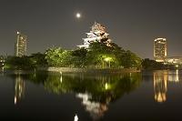 ライトアップの広島城と月 遠景