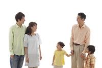 日本人の三世代家族の団らん