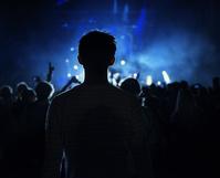コンサートで盛り上がる観客