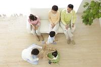 リビングでくつろぐ日本人の三世代家族の俯瞰写真