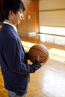 バスケットボールを持つ男子高校生