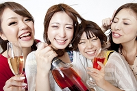 スパークリングワインを持って騒ぐ日本人女性達
