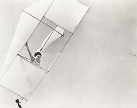 凧で飛ぶ女の子