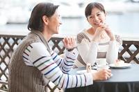 カフェで会話している夫婦