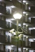 防犯カメラとマンションの夜景