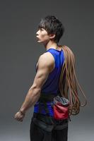 ロープを肩にかける男性選手