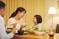 夕飯をとる日本人家族