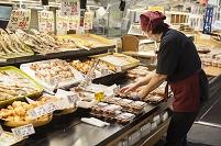 スーパー - 惣菜売り場(商品を陳列している様子)