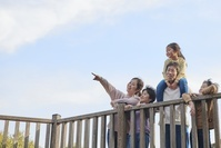 遠くを見る日本人家族
