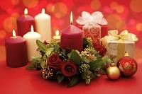火が灯ったキャンドルとクリスマスプレゼント