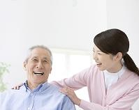 笑顔のシニア男性と看護師