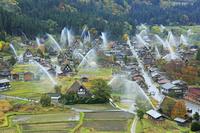 岐阜県 天守閣展望台から見る秋の白川郷の一斉放水