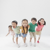 肩を組んで笑う日本人の子供達