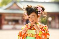 鳥笛を吹く晴れ着の女の子