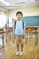 教室にいる小学生の男の子