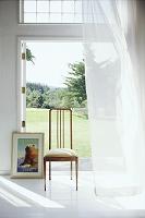 カーテンのなびく白い部屋