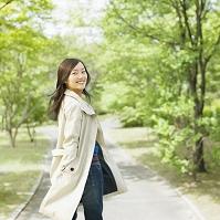 並木道を歩く日本人女性