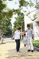 両親と散歩して喜ぶ娘
