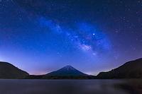 山梨県 精進湖と富士山と天の川