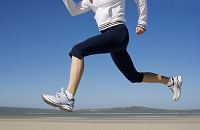 ビーチでジョギングする女性