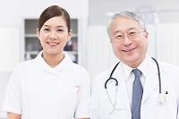 並んで立つ医師と看護師