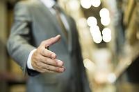 握手をしようとするビジネスマン