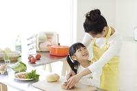 料理を楽しむ母と娘