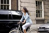 自転車に乗る若い外国人女性