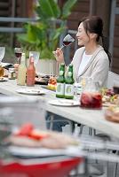 テラスで食事する中年日本人女性