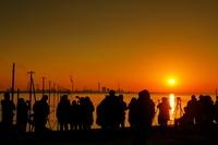 千葉県 江川海岸の夕日と見物客