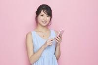 スマホを持つ日本人女性