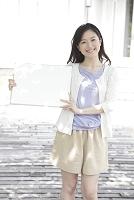 メッセージボードを持つ若い日本人女性