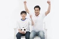 サッカーボールで遊ぶ親子