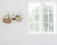 籠に飾られた花と窓辺の花